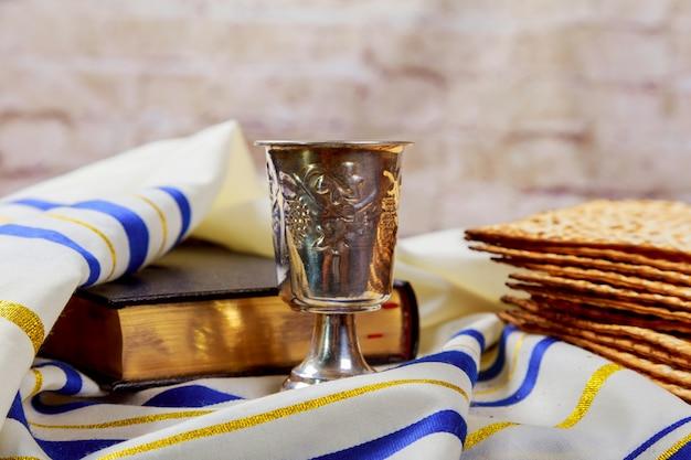 Vino y matzá pan de pascua judío matzo