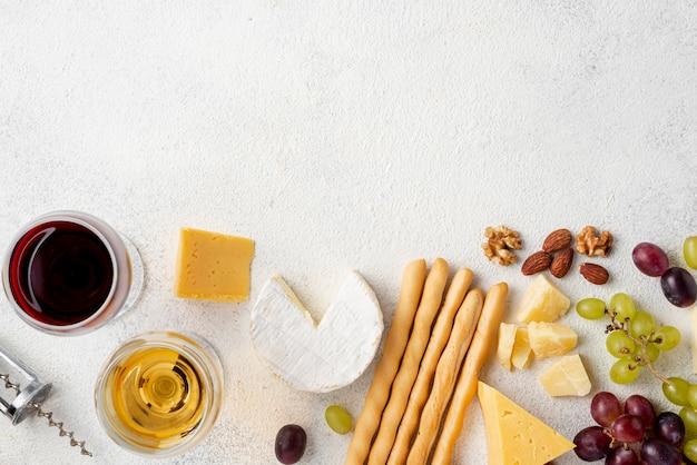 Vino plano y queso para degustación con espacio de copia
