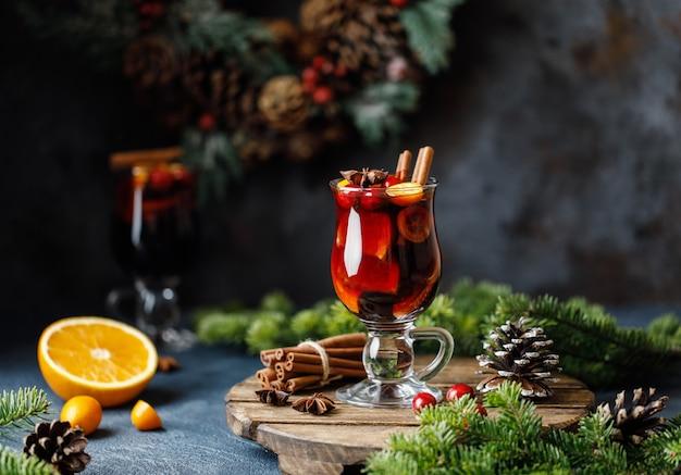 Vino tinto caliente de navidad con especias, arándanos y frutas