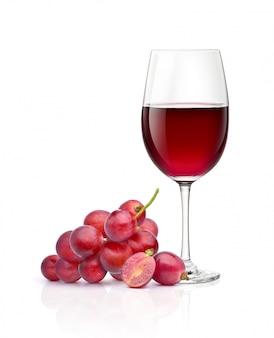 Vino tinto en copa de vino transparente con fruta de uva aislado sobre fondo blanco.