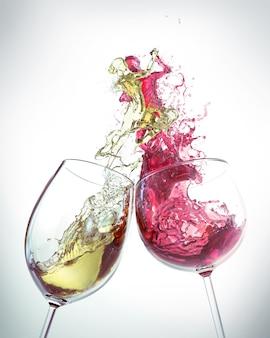 Vino tinto y vino blanco splash es la forma de un hombre y una mujer bailando