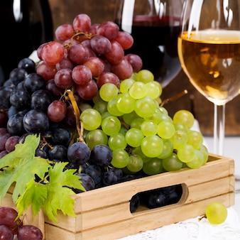 Vino y uvas en una bandeja