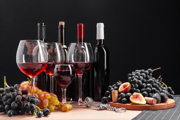 Vino y uvas en la mesa.
