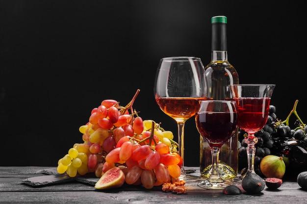 Vino y uvas en la mesa