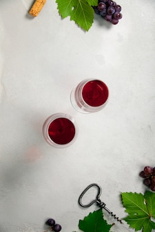 Vino y uvas sobre fondo de hormigón gris