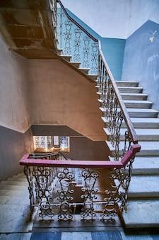 Vintage escalera sinuosa en la antigua casa de entrada en tbilisi, georgia