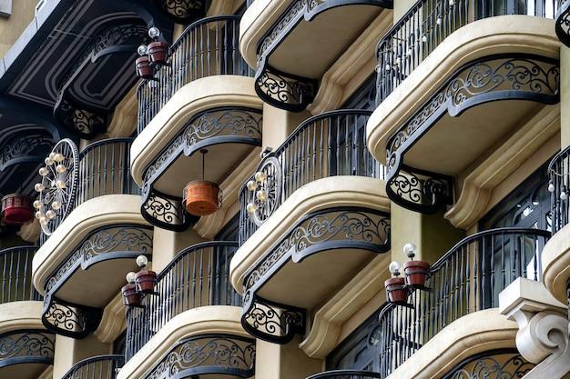Vintage pared de un edificio con muchos balcones con rejas de hierro forjado