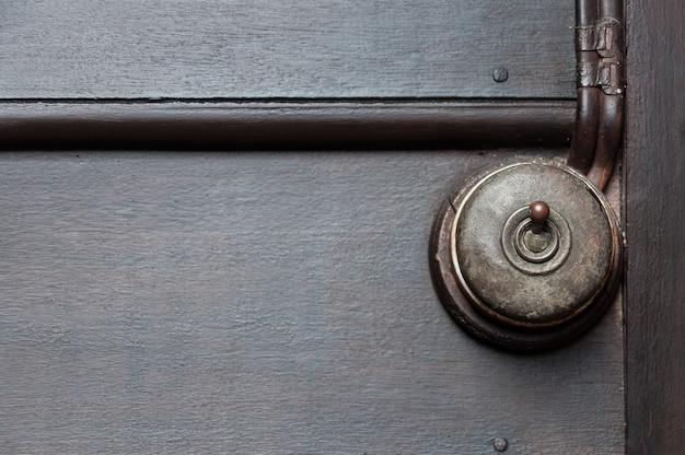 Vintage poner interruptor de luz en la pared interior de madera