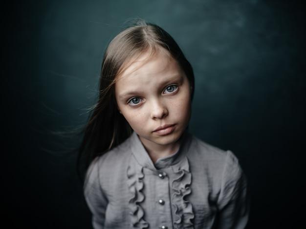 Vintage retrato de una hermosa niña en un vestido vista recortada de cerca