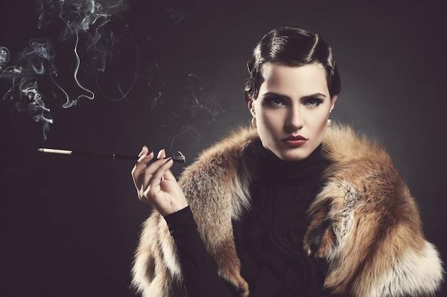 Vintage, viejo. bella mujer con cigarrillo
