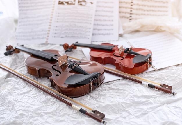 El violín y el arco de madera.