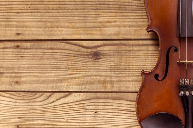 Violín se encuentra sobre un fondo de mesa de madera
