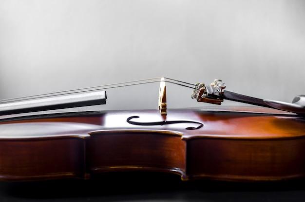 El violín en la mesa, cerca del violín en el piso de madera