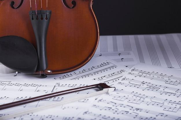 Violín de pie en partituras