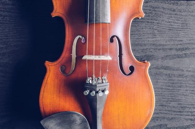 El violín sobre la mesa oscura, instrumento musical clásico utilizado en la orquesta.