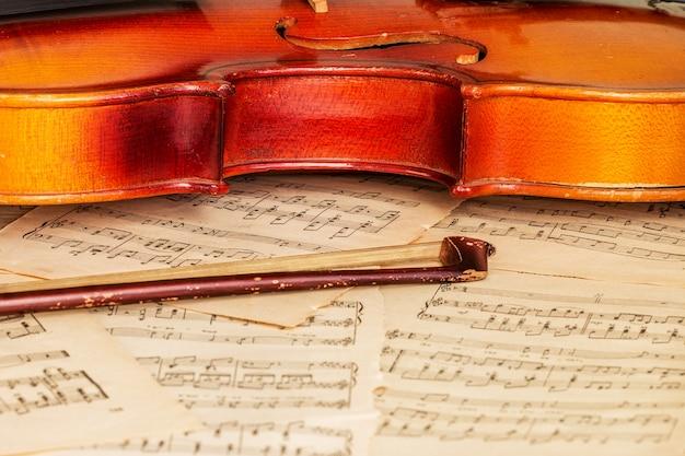 Violín viejo acostado en la partitura