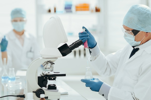 Los virólogos trabajan en el laboratorio de ciencia y salud.