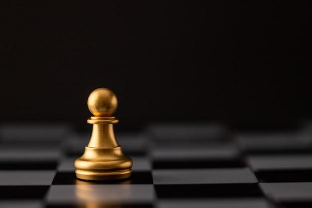 Viruta de oro en el tablero de ajedrez.