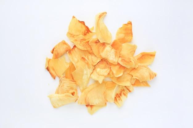 Virutas de durian fritas aisladas en blanco.