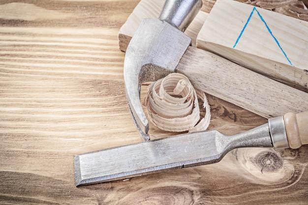 Virutas de madera de martillo de garra cincel plano virutas en tablero de madera vintage