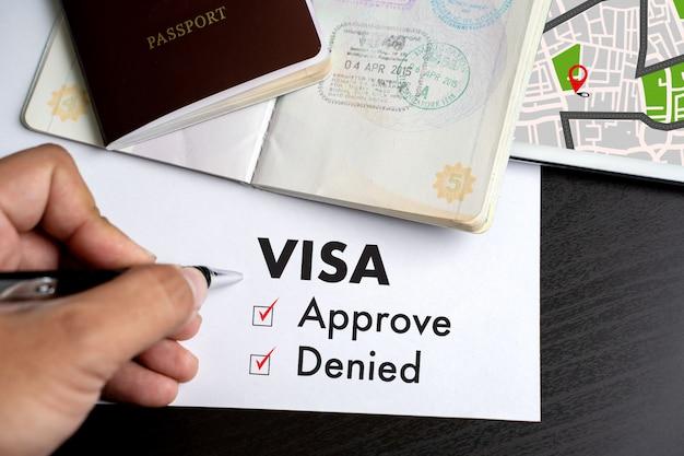 Visa y pasaporte aprobados para ser sellados en la vista superior de un documento en visa de inmigración aprobar
