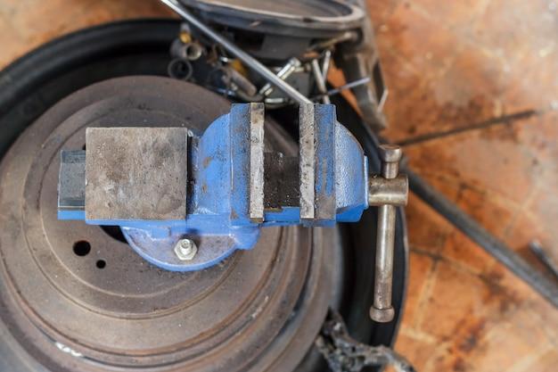 Visera de mesa, herramienta vise en el taller. herramientas para la industria, el tornillo de banco se coloca sobre la mesa
