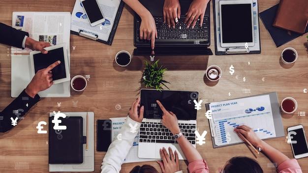 Visión conceptual de la gente de negocios en la reunión de personal corporativo