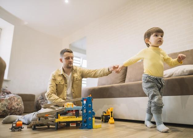 Visión a largo plazo padre e hijo cogidos de la mano