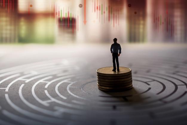 Visión del líder en concepto de crisis financiera o económica. el gráfico de comercialización de acciones se desploma y cae