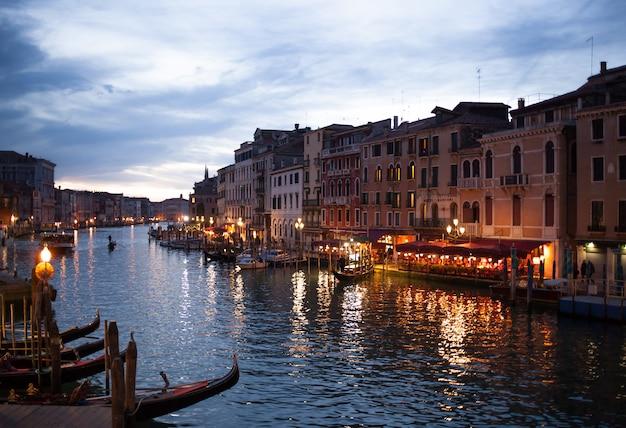 Visión desde el puente de rialto de venecia por noche.