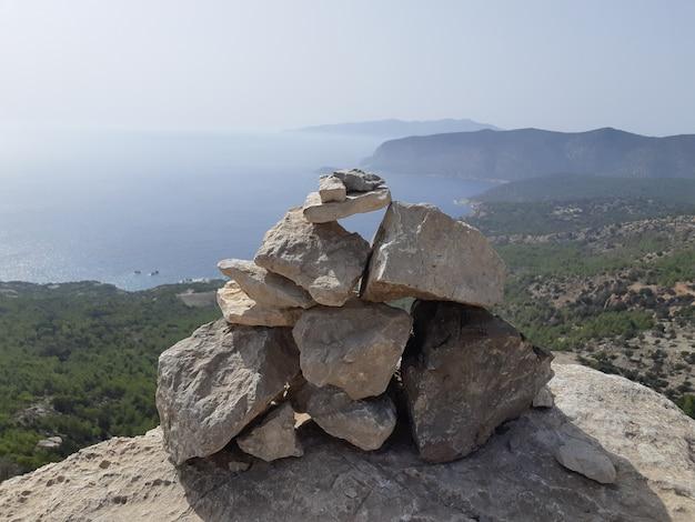 Visión desde ruinas de una iglesia en el castillo de monolithos, isla de rodas, grecia.