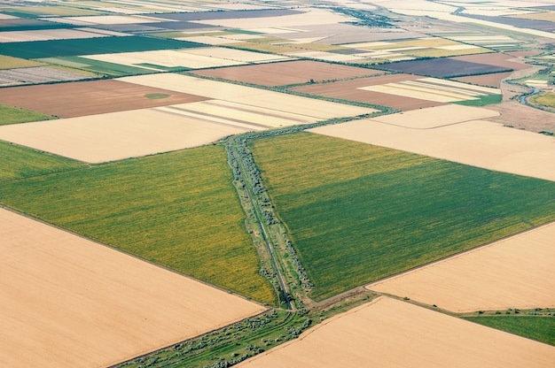 Visión desde la ventana del aeroplano en el campo circundado, ucrania.