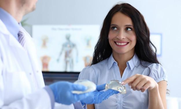 Visita a la clínica de cirugía plástica del seno femenino.
