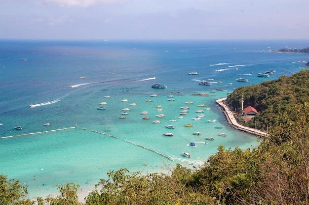La visita turística y la lancha rápida se detienen en la playa en koh lan, porque la playa más hermosa.