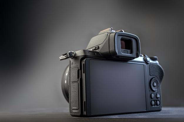 Visor de cámara digital sobre fondo oscuro