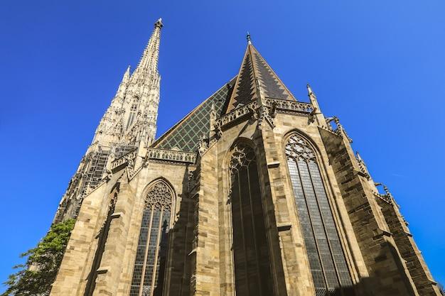 Vista desde abajo de la catedral de san esteban en un hermoso cielo azul en el centro de verano viena, austria