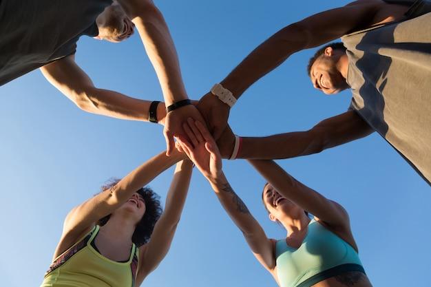 Vista desde abajo de un grupo de deportistas en un grupo