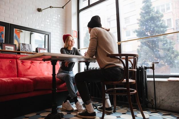 Vista desde abajo de pareja en café