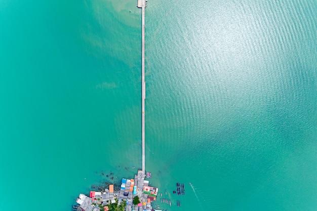 Vista aérea aérea drone shot de pequeño puente en el transporte de la imagen del mar.