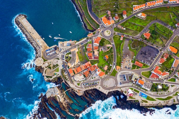 Vista aérea de la aldea de porto moniz en la isla de madeira, portugal