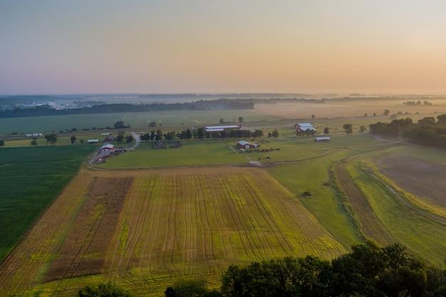 Vista aérea con amanecer en campo de naturaleza de paisaje rural temprano en la mañana