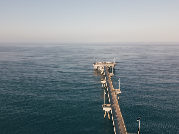 Vista aérea del amanecer del muelle de la playa de venecia cerca de santa mónica