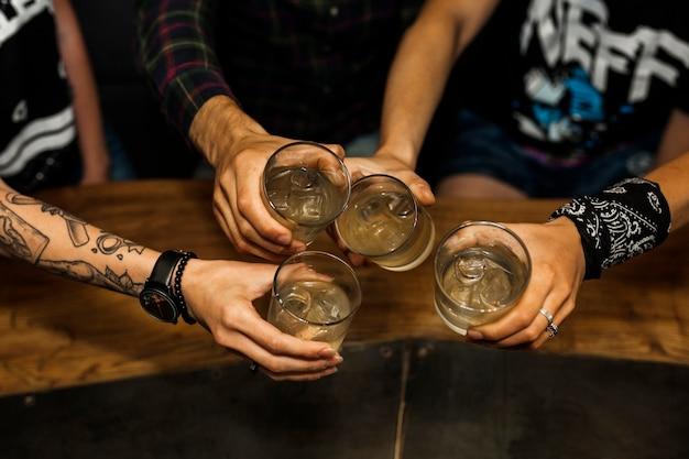 Vista aérea de amigos sosteniendo un vaso de cócteles