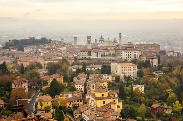 Vista aérea de la antigua ciudad alta fortificada de bérgamo, italia.