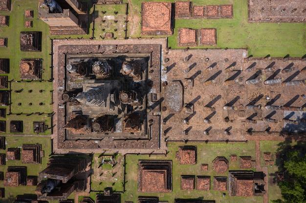 Vista aérea de la antigua estatua de buda en el templo de wat mahathat en el parque histórico de sukhothai, tailandia.