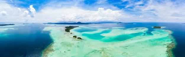 Vista aérea del archipiélago tropical de banyak, islas sumatra, indonesia