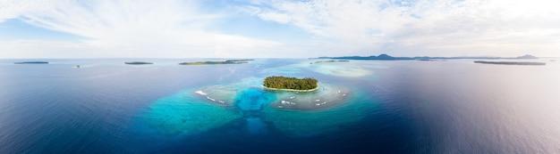 Vista aérea del archipiélago tropical de sumatra, islas banyak, indonesia
