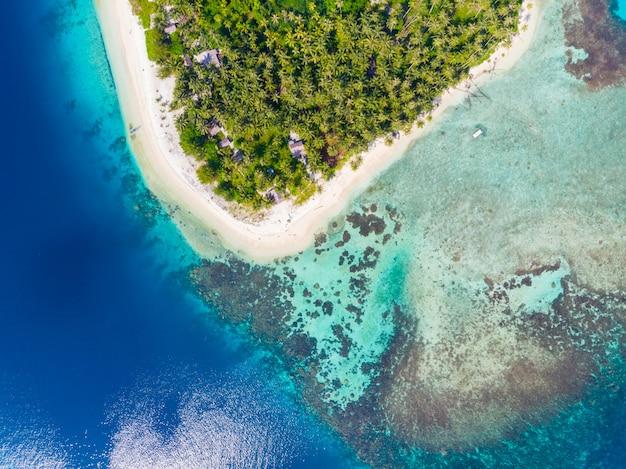 Vista aérea de arriba hacia abajo en la isla de banyak, en el archipiélago tropical de sumatra, indonesia