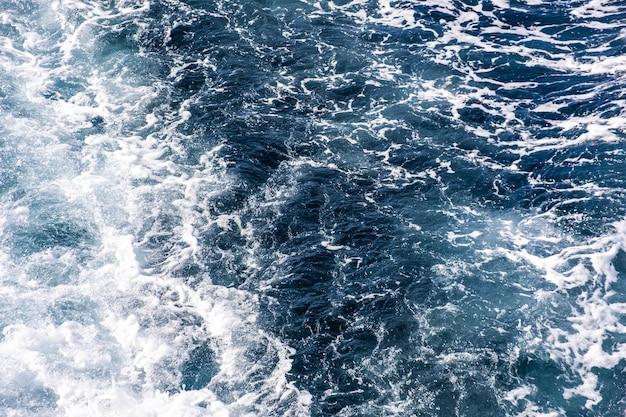 Vista aérea de arriba hacia abajo de la superficie del agua de mar