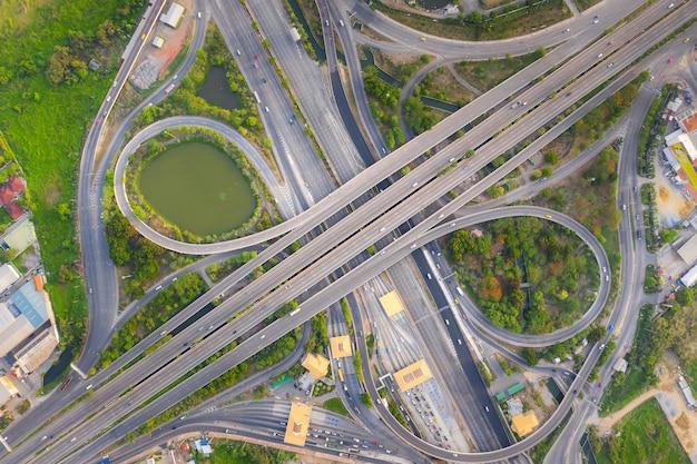 Vista aérea arriba de los cruces ocupados de la carretera en el día. el paso elevado de intersección de la autopista.